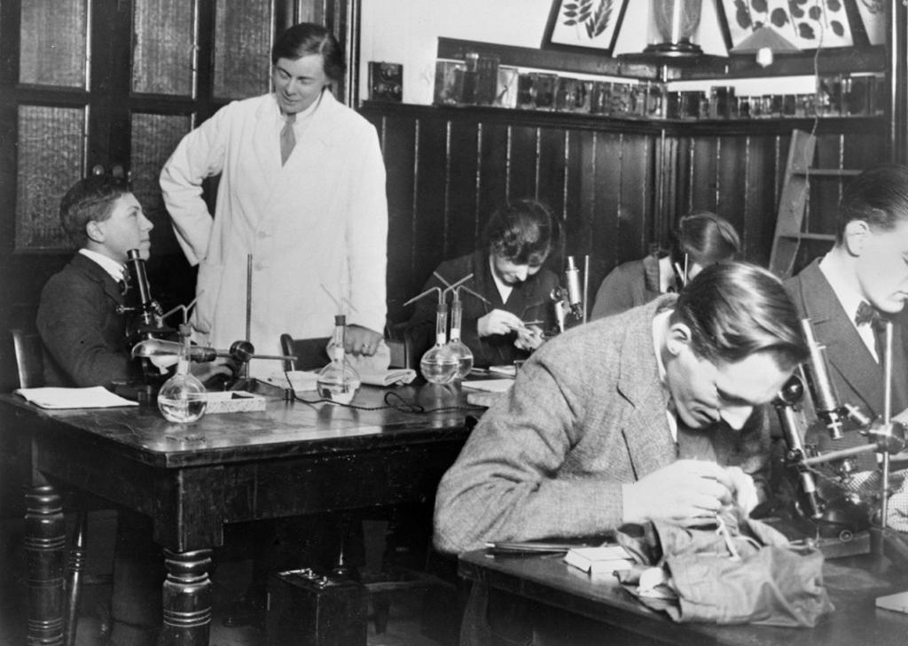Image of Professor Dame Helen Gwynne-Vaughan teaching in her Botany laboratory in 1923.